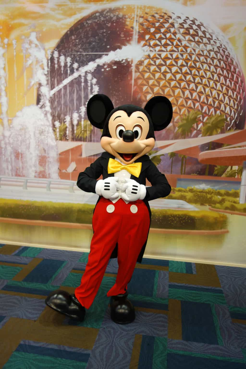 Mickey Mouse in Epcot | KennythePirate.com