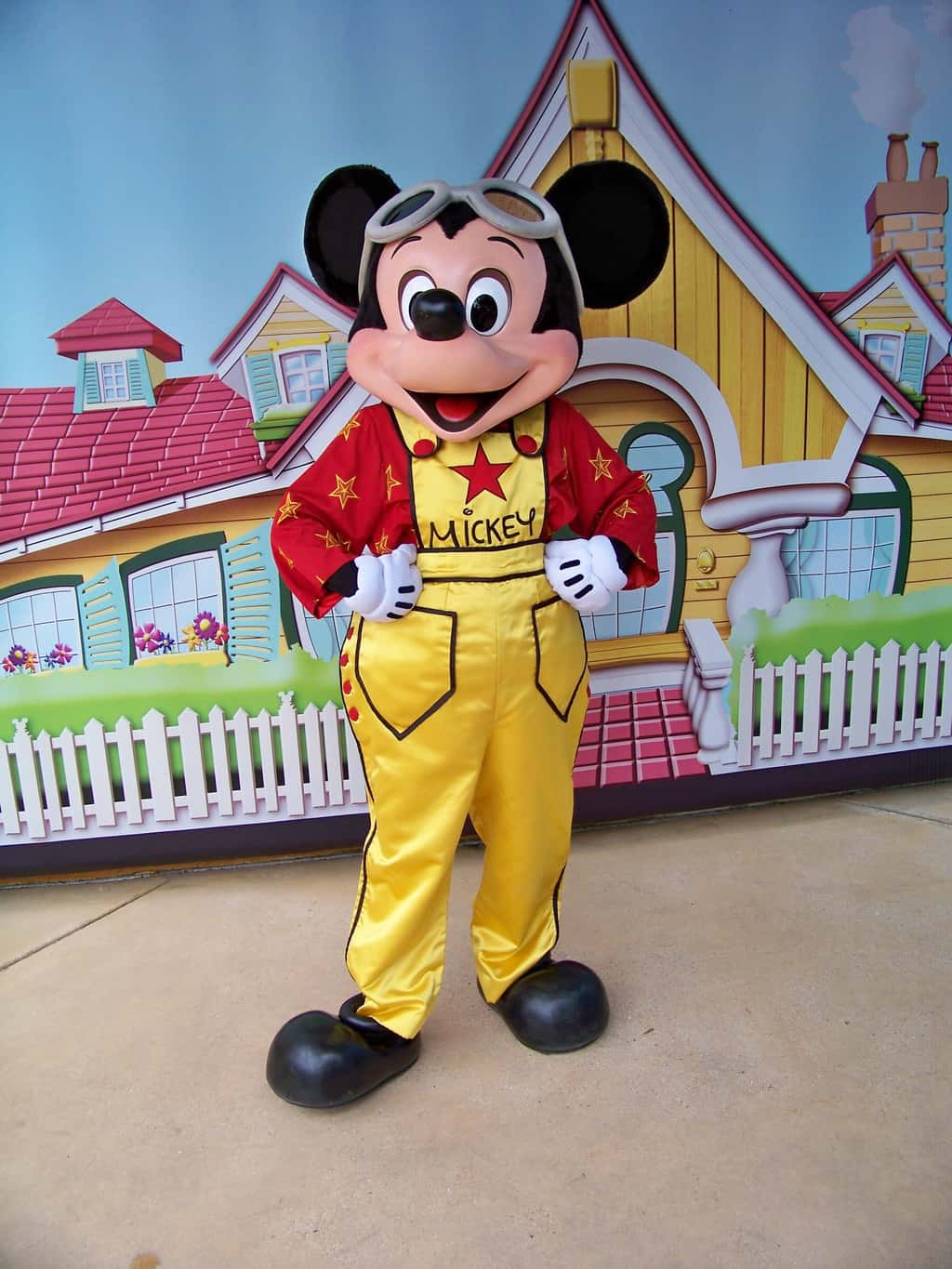 Mickey wearing a filmstar outfit at the Walt Disney Studios. sadly this outfit isn't being used anymore.