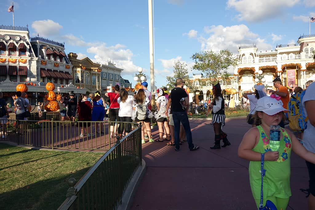 Line at the flag pole is for the pumpkin photo op.  A number of people were told by Cast Members that Jack and Sally would be here.  NOT!