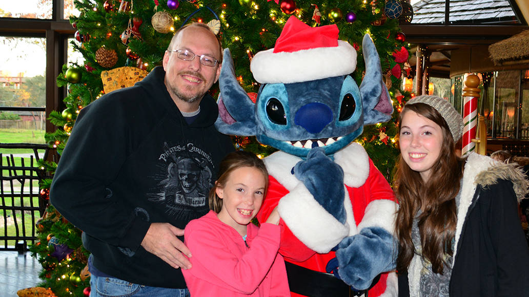 Santa Stitch Animal Kingdom Lodge Kidani Christmas Characters and Christmas Decor (29)
