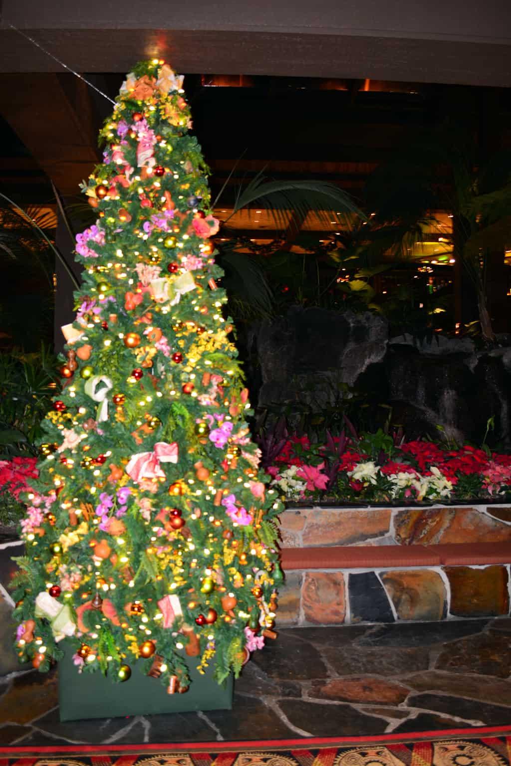 Polynesian Resort Christmas Characters and Christmas Decor (17)