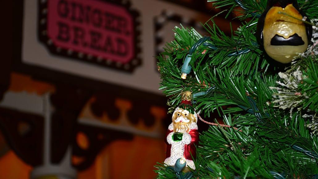 Walt Disney World Boardwalk Resort Chrismas Characters Mickey and Minnie and Christmas Decor (10)