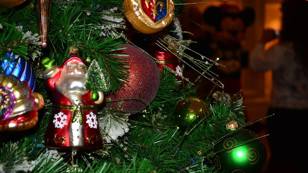 Walt Disney World Boardwalk Resort Chrismas Characters Mickey and Minnie and Christmas Decor (6)