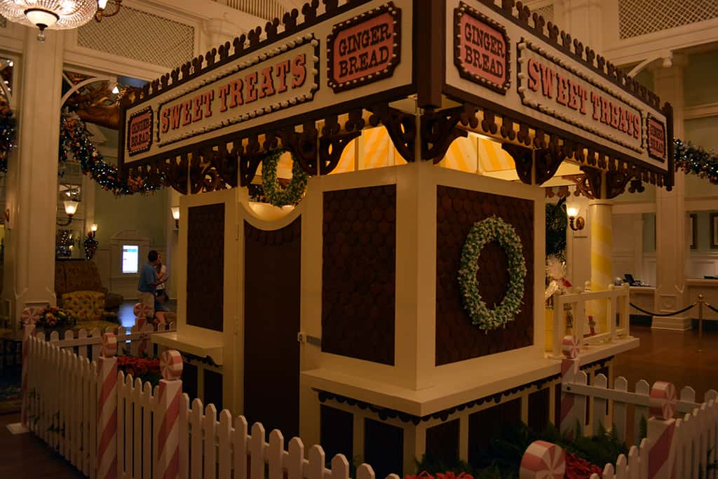 Walt Disney World Boardwalk Resort Chrismas Characters Mickey and Minnie and Christmas Decor (8)