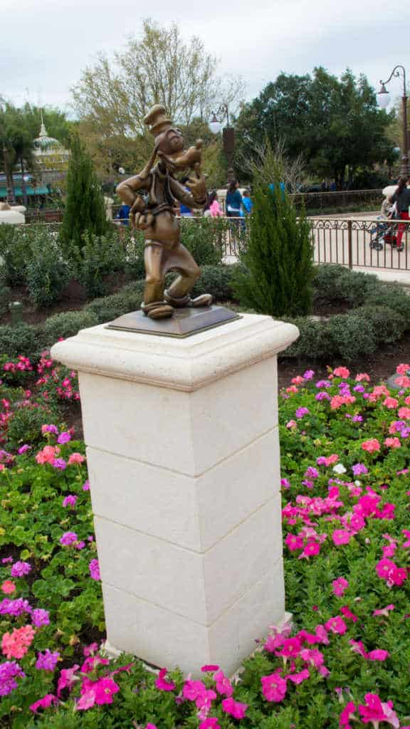 Goofy in Castle Hub at Magic Kingdom Walt Disney World l kennythepirate.com