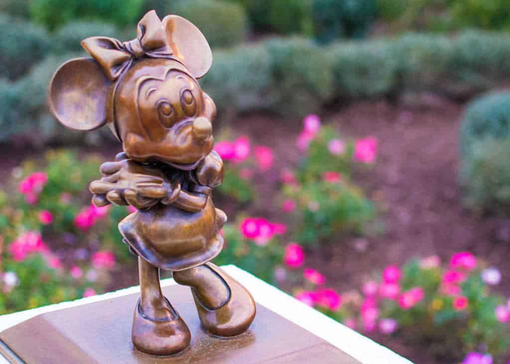 Minnie Mouse in Castle Hub at Magic Kingdom in Walt Disney World l kennythepirate.com