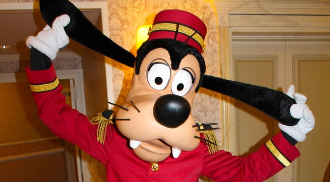 Bellhop Goofy at the Disneyland Paris Hotel kennythepirate #disneyland #paris #disneylandparis #characters